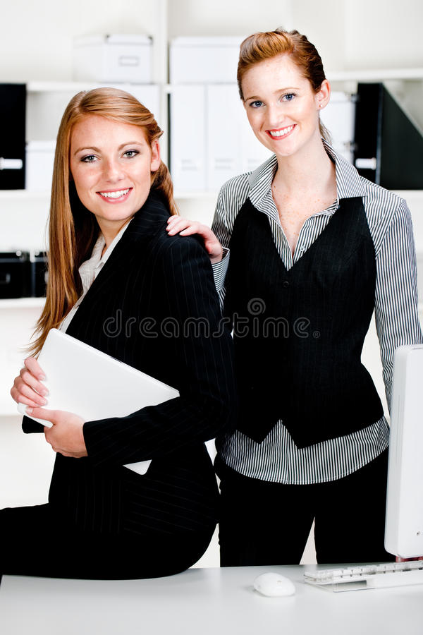 Geschäftsfrauen mit Laptop und Computer stockfoto