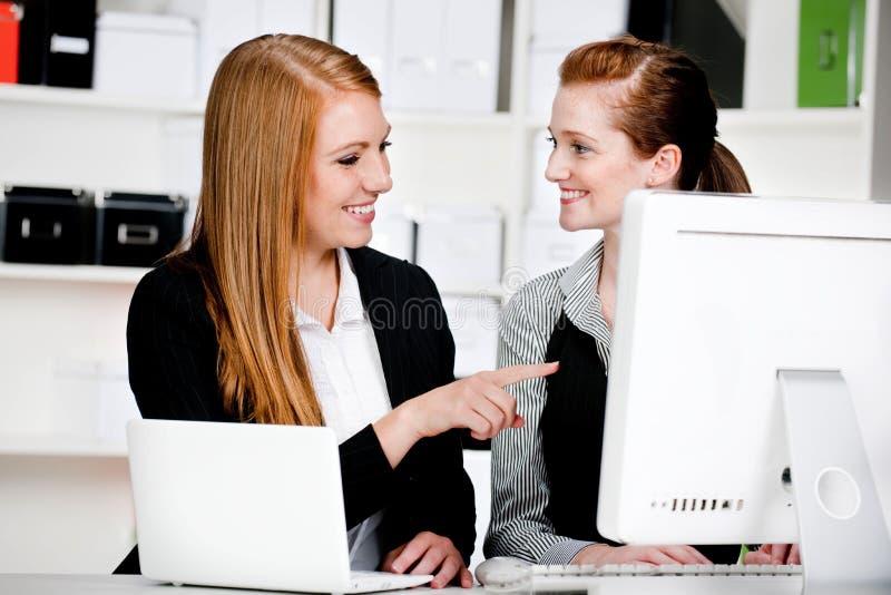 Geschäftsfrauen mit Laptop und Computer lizenzfreie stockfotos