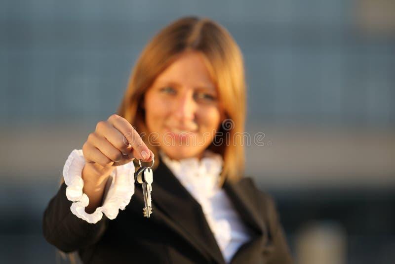 Geschäftsfrauen mit Tasten stockbilder