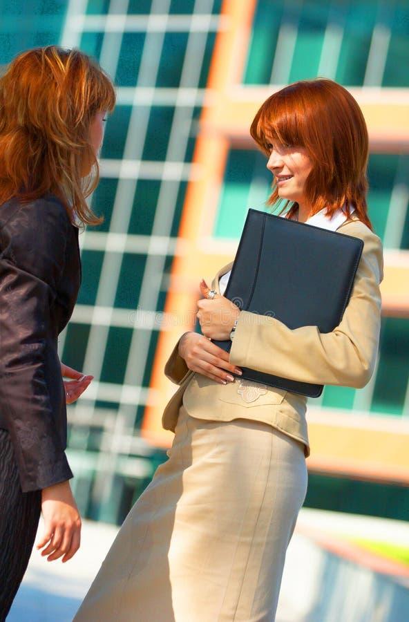 Geschäftsfrauen plaudern rote Tönung stockbild