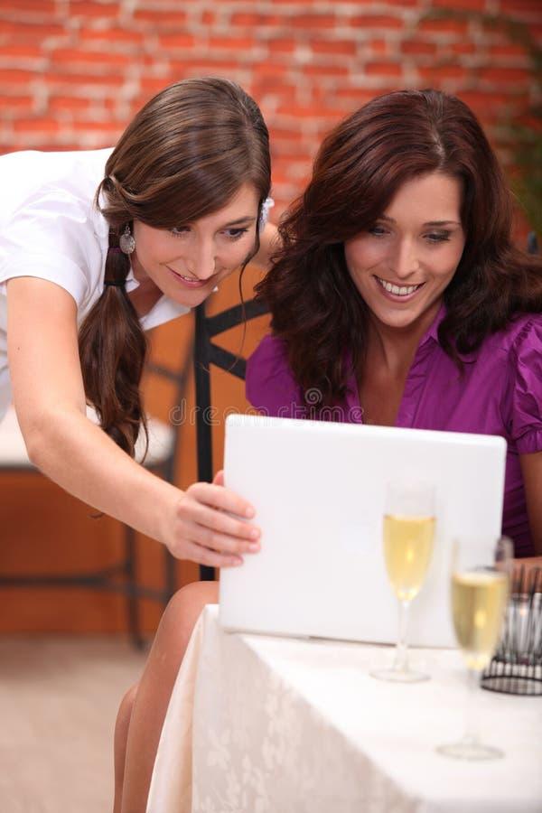 Geschäftsfrauen am Restaurant lizenzfreie stockfotos