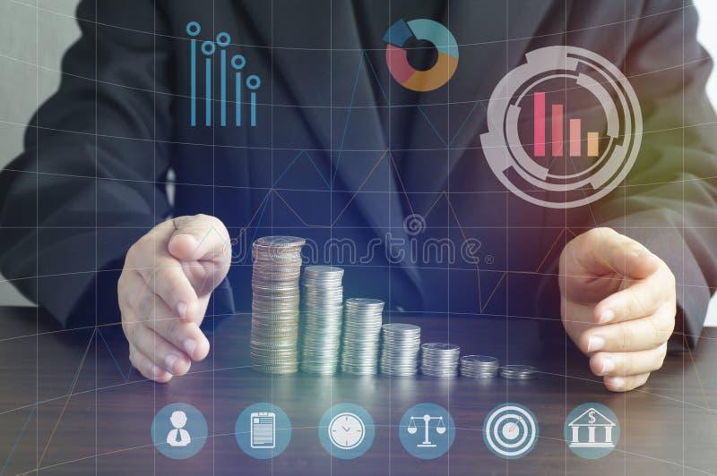 Geschäftsfrauen setzten Hand, um Geld und Geschäft auf Schreibtisch, Konzept für Hintergrund zu schützen Konzept herein wachsen u stockbilder