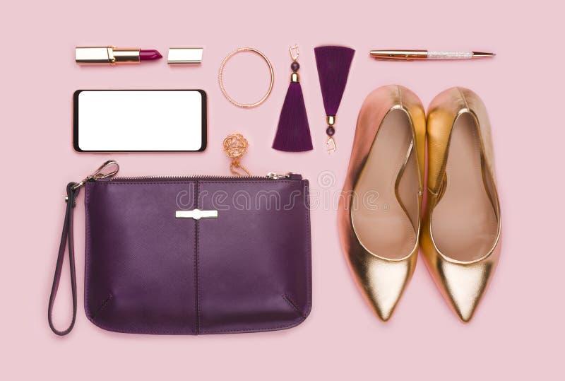 Geschäftsfrauen stellten von den Mode-Accessoires ein, die auf rosa Hintergrund lokalisiert wurden stockbilder