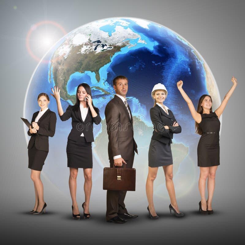 Geschäftsfrauen und Männer in den Klagen, lächelnd gegen stockfotos