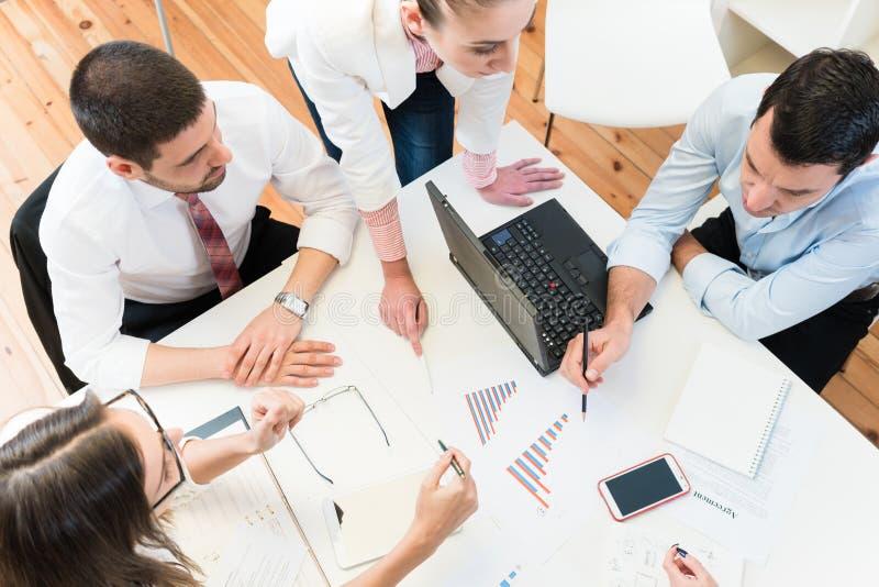 Geschäftsfrauen und Männer in der Sitzung Ideen finden stockfotografie
