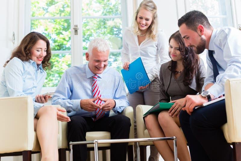 Geschäftsfrauen und Männer, die Darstellung im Büro haben stockbilder