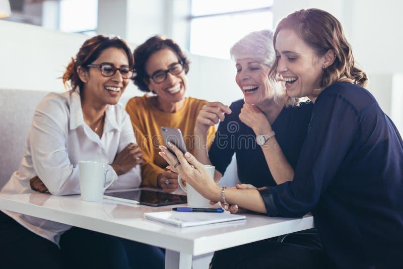 Geschäftsfrauen während des Arbeitsbruches lizenzfreies stockbild