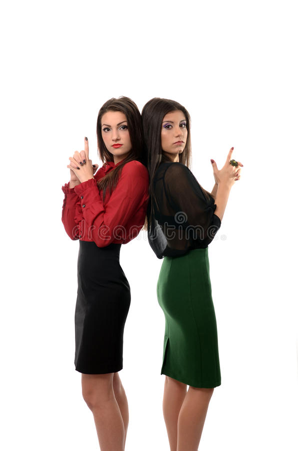 Geschäftsfrauen zurück zu hinterem Schießen mit eingebildeten Gewehren, Teamwork-Konzept lizenzfreies stockbild