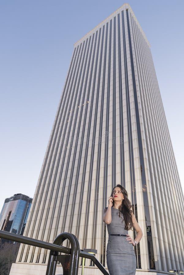 Geschäftsfraufachmann, der draußen am Zellintelligenten Telefon spricht lizenzfreie stockfotos
