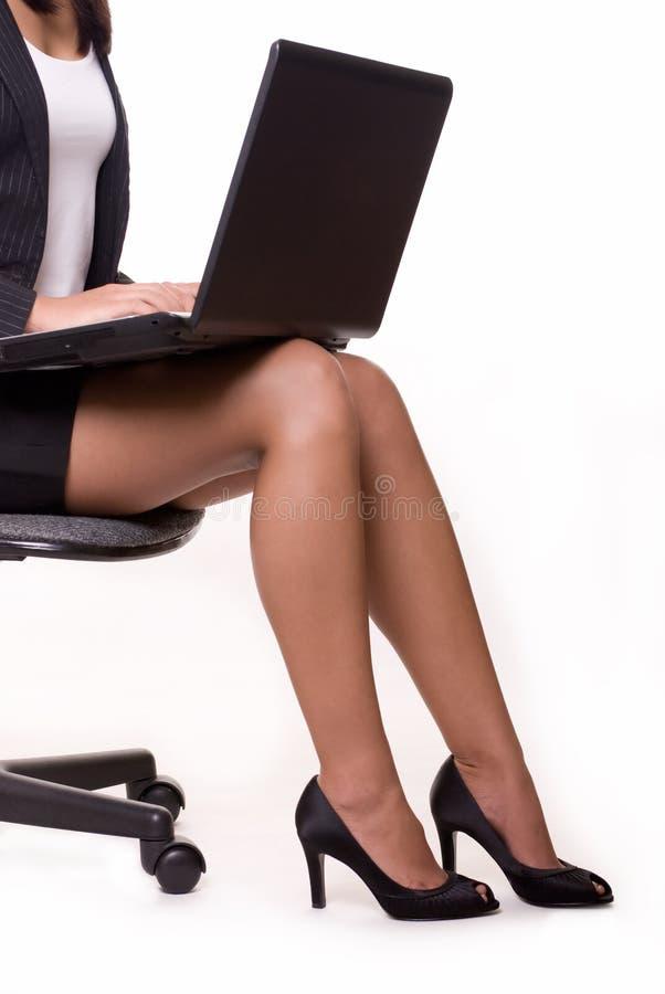 Geschäftsfraufahrwerkbeine stockfoto