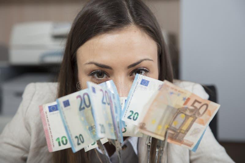 Geschäftsfraufelle hinter Geld lizenzfreie stockfotografie