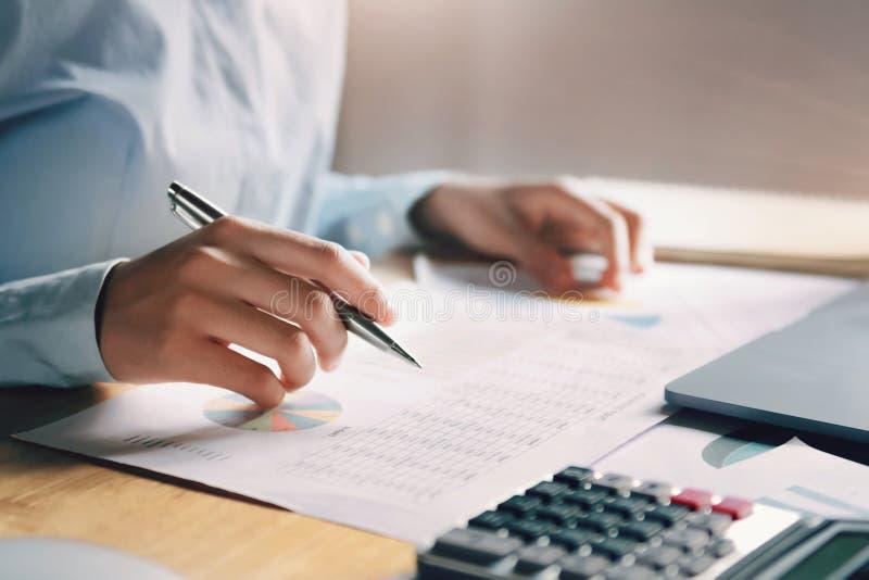 Geschäftsfraufunktion auf Trockentestdaten der Finanzierung lizenzfreie stockbilder