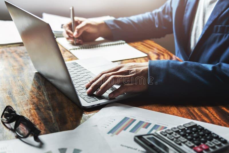 Geschäftsfraufunktion mit der Anwendung des Laptops auf Schreibtisch im Büro Handeln von Finanzierung und Erklären lizenzfreie stockfotos