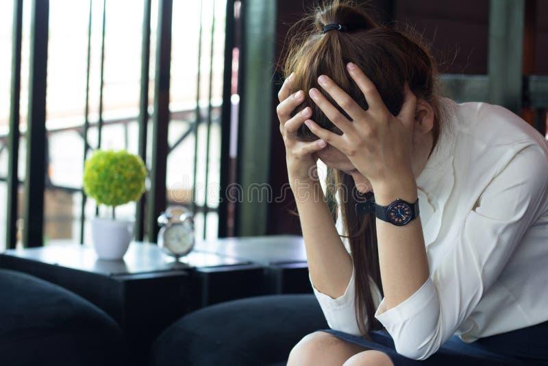 Geschäftsfraugefühlsdruck von der Arbeit, Störung zu arbeiten lizenzfreie stockbilder