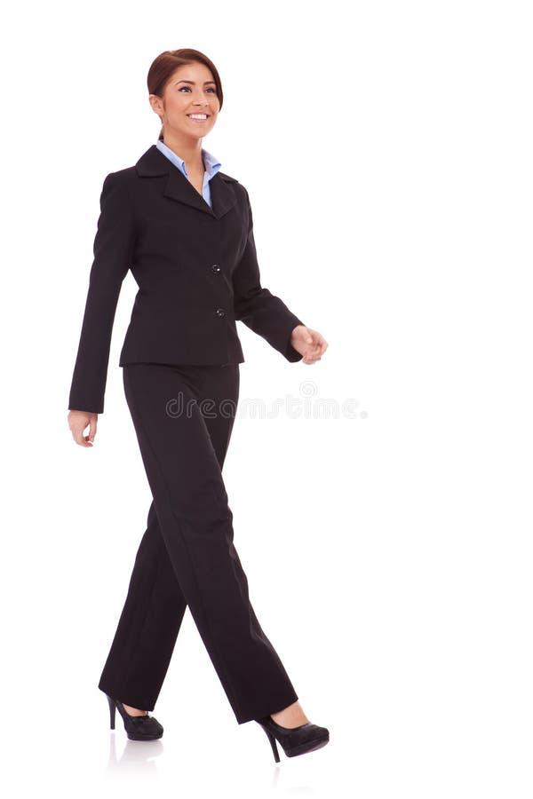 Geschäftsfraugehen lizenzfreies stockbild