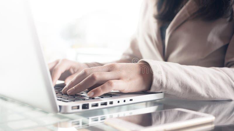 Geschäftsfrauhände schließen oben lizenzfreie stockfotos