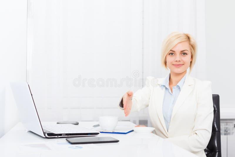 Geschäftsfrauhändedruck, Griffhandwillkommensgeste lizenzfreie stockbilder