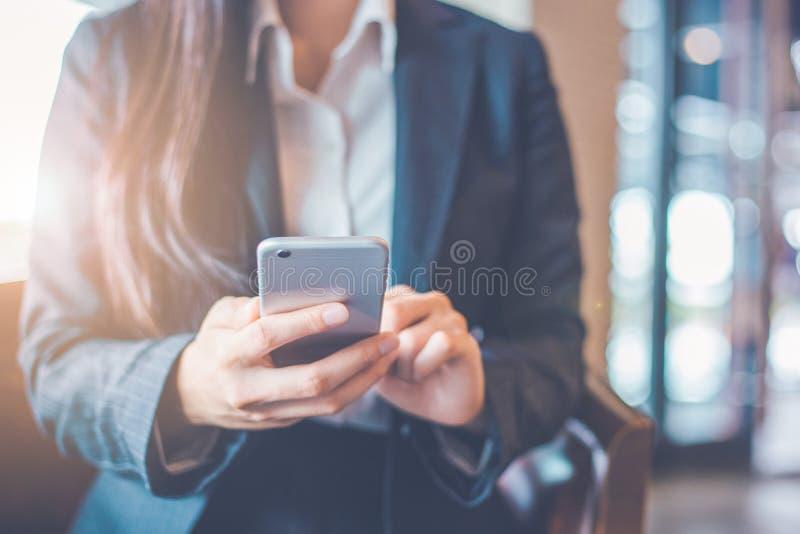 Geschäftsfrauhand benutzen Smartphone stockbilder
