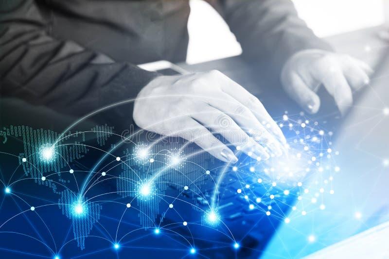 Geschäftsfrauhand, die auf Computerlaptop mit abstrakter globaler und digital erzeugter Weltkarte der Technologie schreibt lizenzfreie stockfotografie