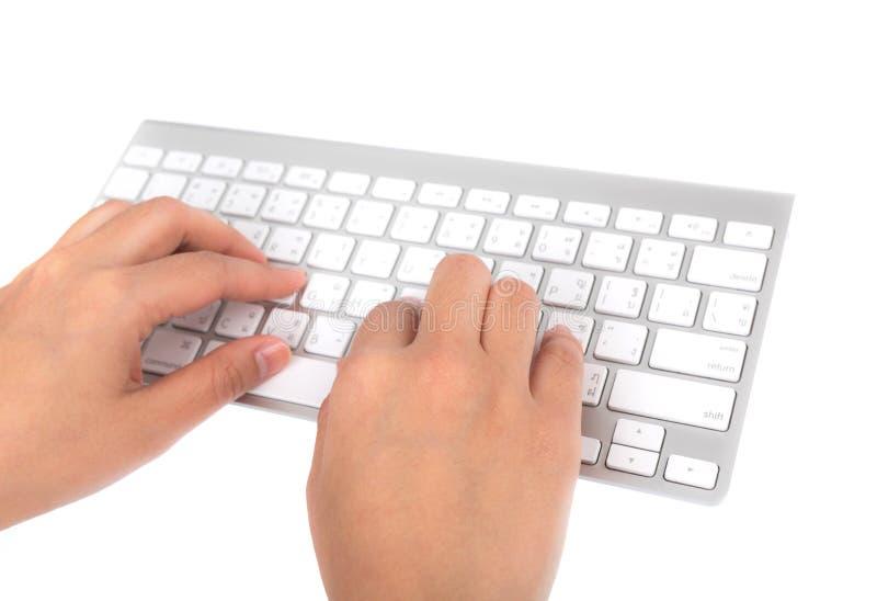 Geschäftsfrauhand, die auf Laptoptastatur schreibt lizenzfreie stockbilder