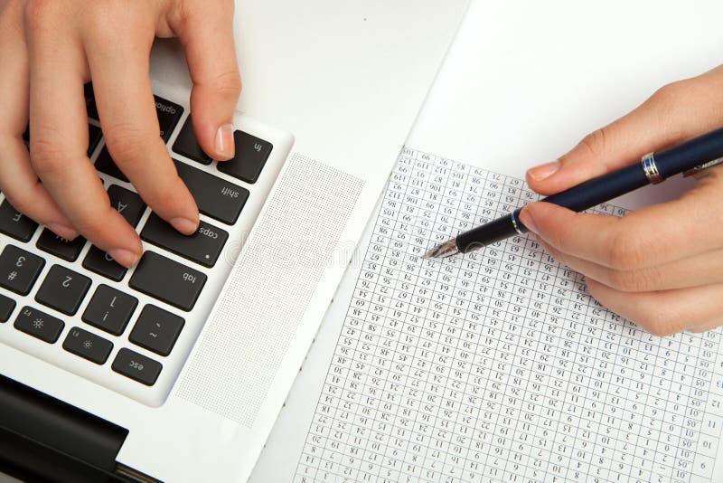 Geschäftsfrauhand, die auf Laptoptastatur schreibt stockfoto