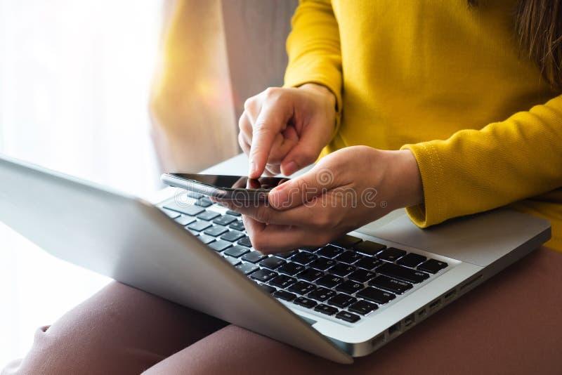 Geschäftsfrauhand unter Verwendung des intelligenten Telefons, der Tablettenzahlungen und des Haltens des Kreditkarteon-line-Eink stockbilder