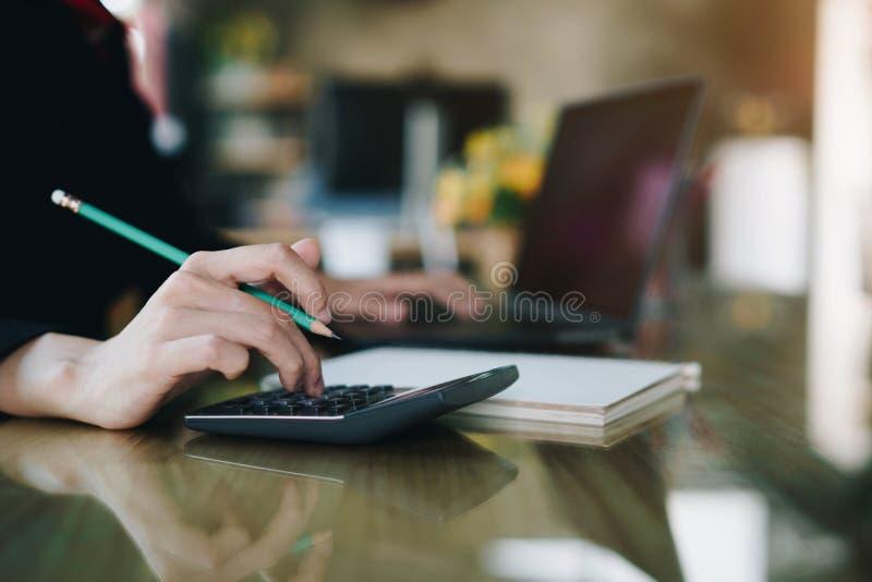 GeschäftsfrauHandpressen auf Taschenrechner für die Rechenkostenschätzung lizenzfreie stockfotos