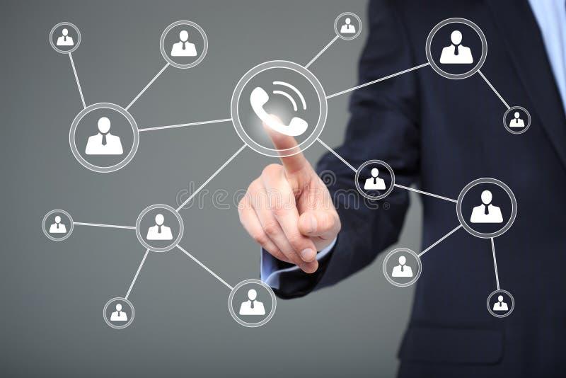 Geschäftsfrauhandpressenetztelefon-Knopfzeichen Geschäft, Technologie und Internet-Konzept lizenzfreies stockfoto