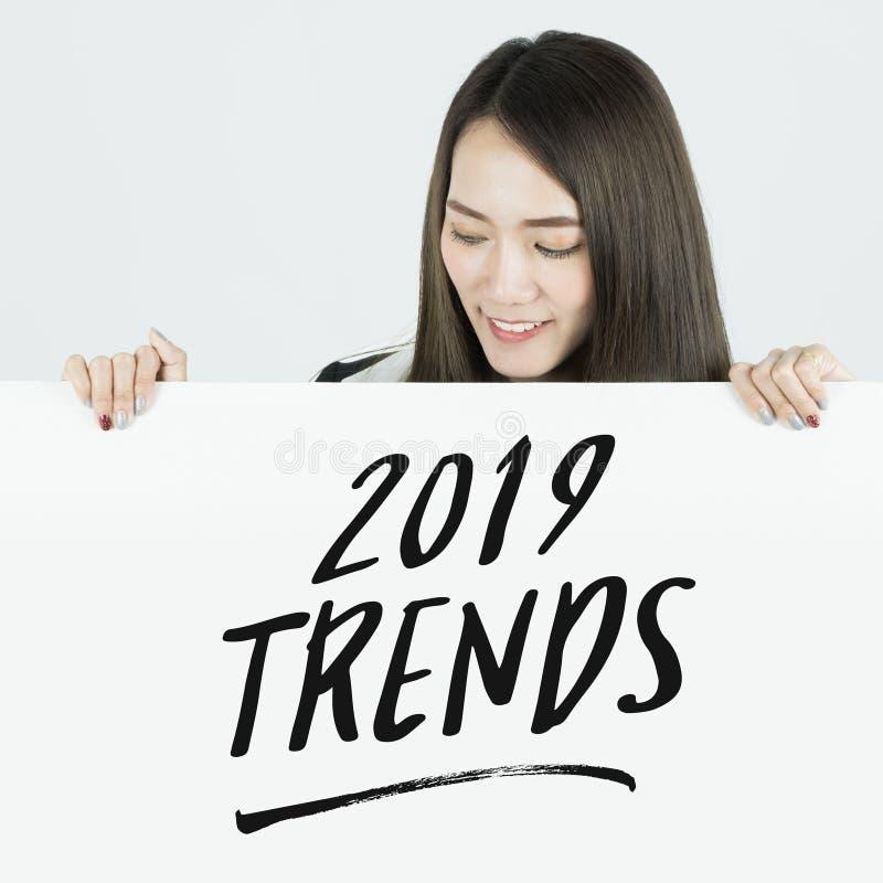 Geschäftsfrauholding beklebt 2019 Tendenzen unterzeichnen mit Plakaten stockbilder