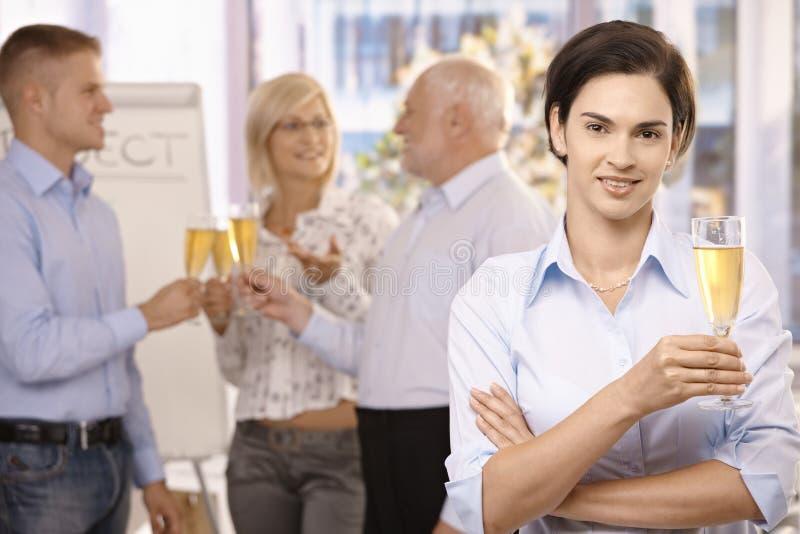 Geschäftsfrauholding-Holdingglas Champagner lizenzfreies stockfoto