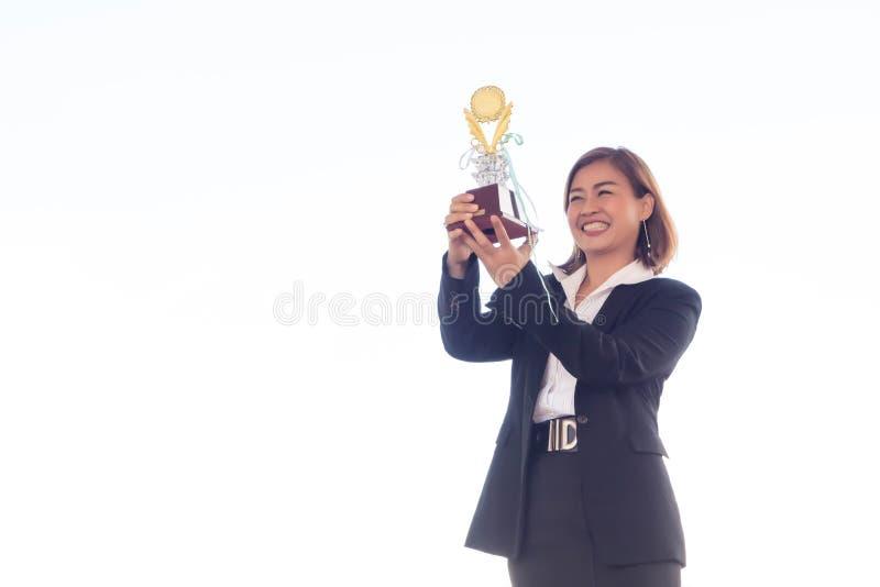 Geschäftsfrauholding-Preistrophäe für Show ihr Sieg stockbilder
