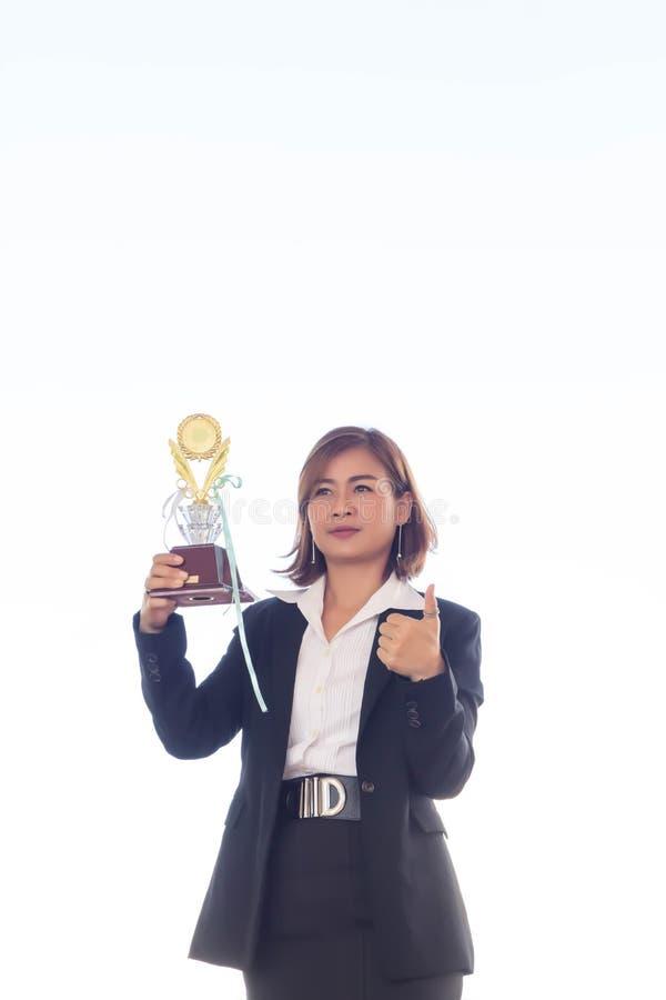 Geschäftsfrauholding-Preistrophäe für Show ihr Sieg lizenzfreie stockfotografie