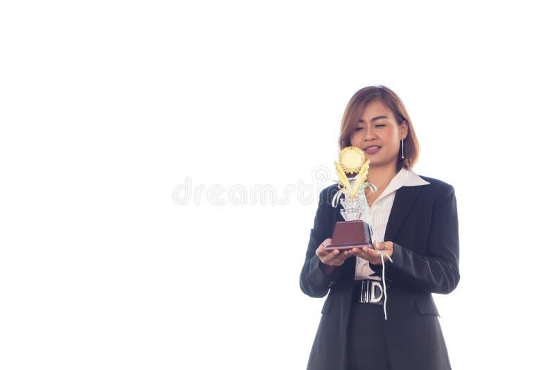 Geschäftsfrauholding-Preistrophäe für Show ihr Sieg lizenzfreie stockfotos