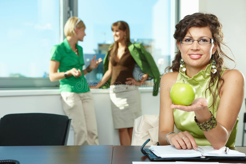 Geschäftsfrauholdingapfel lizenzfreies stockfoto