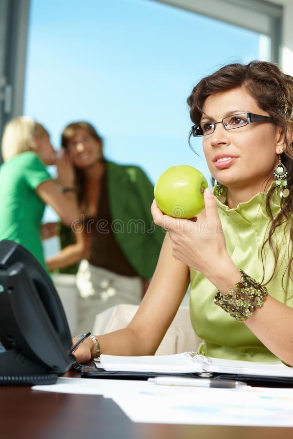 Geschäftsfrauholdingapfel stockbild