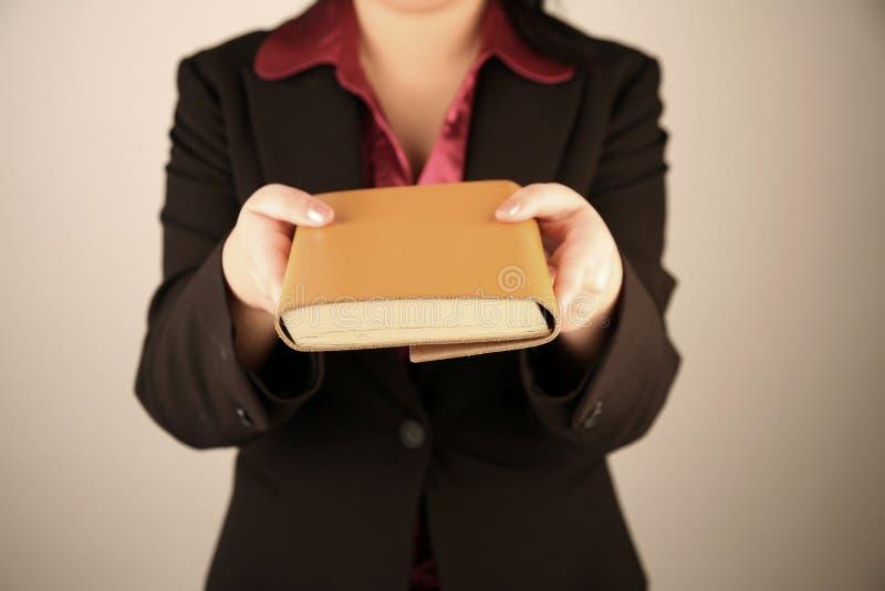 Geschäftsfrauholdingbuch lizenzfreie stockbilder