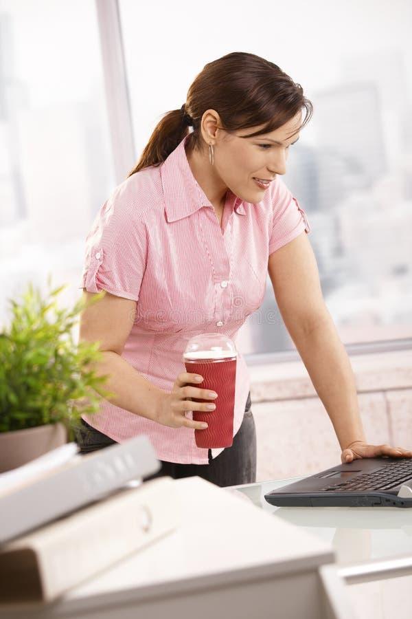 Geschäftsfrauholdingkaffee zum zu gehen stockbilder