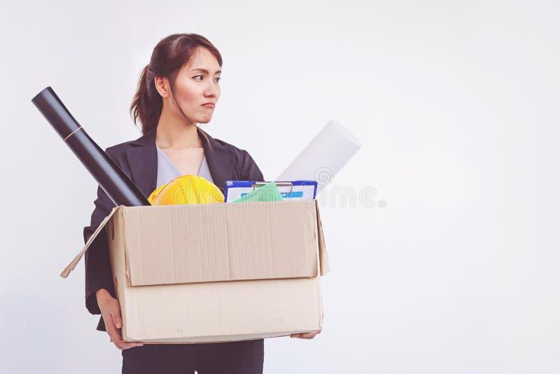 Geschäftsfrauholdingkasten, der das Amt niederlegt, nachdem Job beendigt worden ist stockfotos