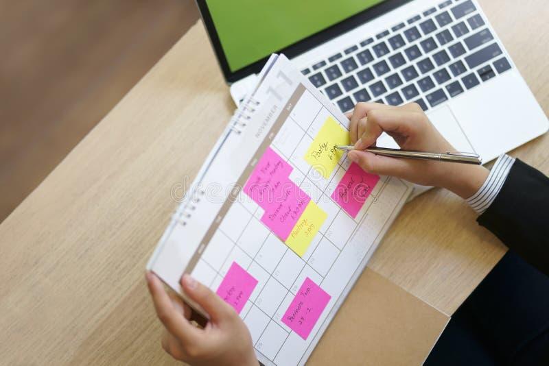 Geschäftsfraukontrollkalender haben Plan auf Notiz, Funktion und Agen stockbilder