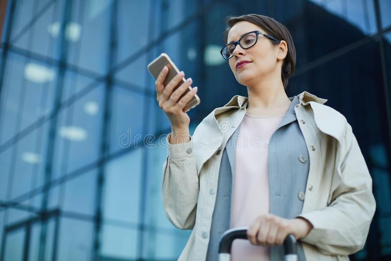 Geschäftsfraulesemitteilung auf Bewegung lizenzfreie stockbilder