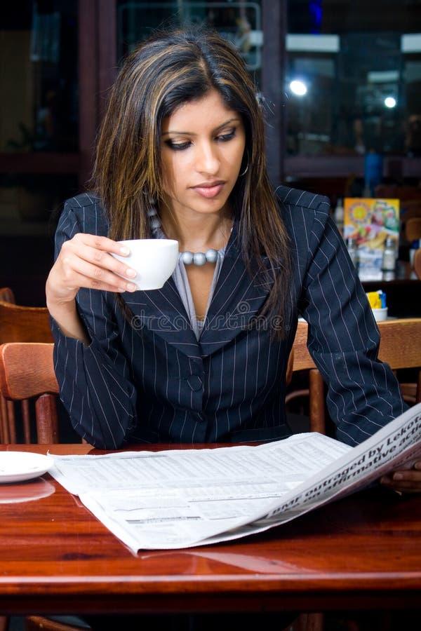 Geschäftsfraulesezeitung stockfotografie