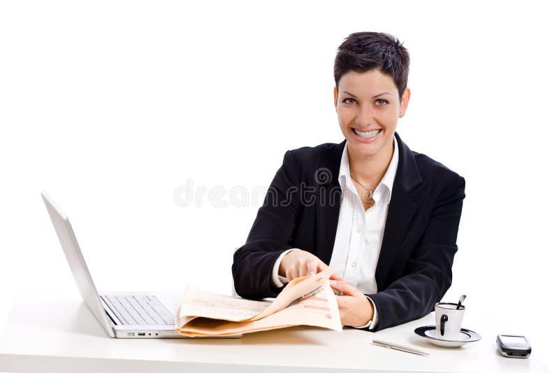 Geschäftsfraulesezeitung lizenzfreies stockfoto