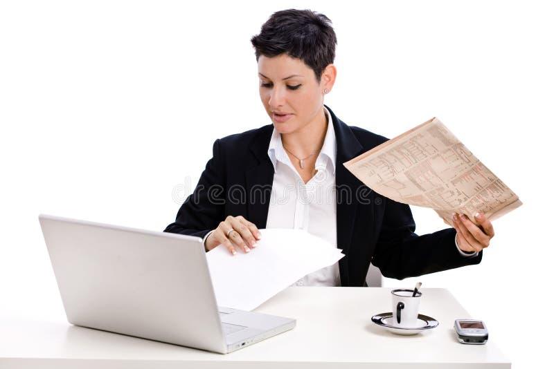 Geschäftsfraulesezeitung stockfoto