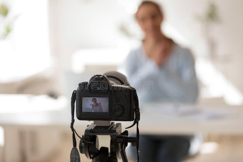 Geschäftsfraunotierendes Videoblog auf professionellemdigitalem rüsten sich aus lizenzfreie stockfotografie