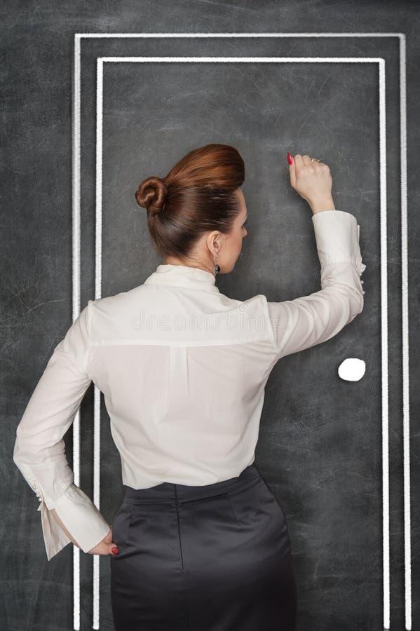 Geschäftsfrauschlag auf Tür lizenzfreie stockfotos