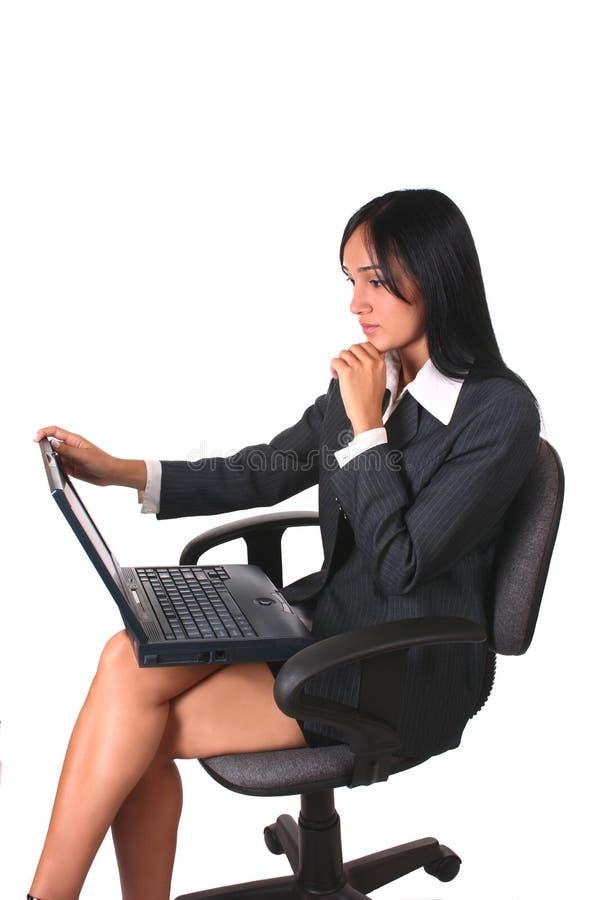Geschäftsfraustuhl und -laptop stockfotografie