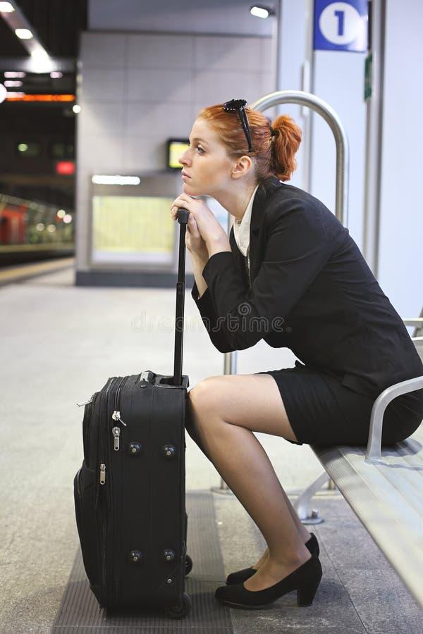 Geschäftsfrauwartezug in der U-Bahnstation stockfotos