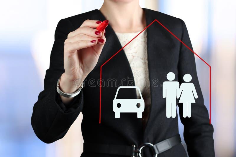 Geschäftsfrauzeichnungs-Versicherungskonzept durch einen roten Stift stockfoto