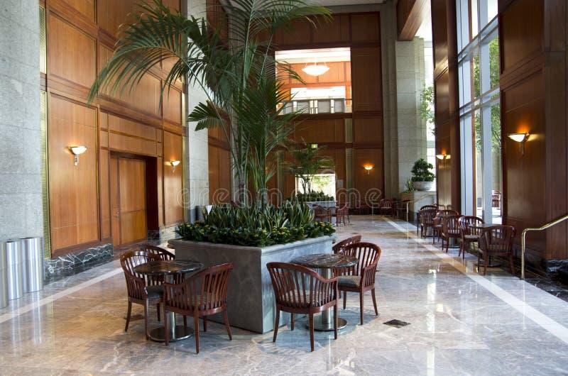 Geschäftsgebäudelobbyinneninnenarchitekturdesigne lizenzfreie stockbilder