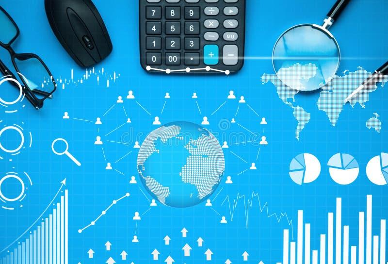 Geschäftsgegenstände mit Finanzstatistik Geschäftsdiagramme, -Soziales Netz und -verbindung auf blauem Hintergrund Die goldene Ta stockfoto